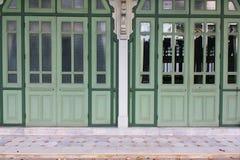 Gammala trägröna dörrar Arkivfoton