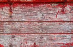 Gammala träplankor med traces av rött målar royaltyfria bilder