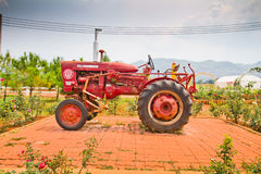 gammala traktorer Arkivfoton