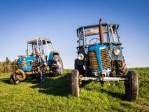gammala traktorer Arkivfoto