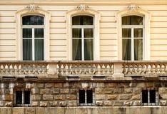 gammala tre fönster Arkivbild