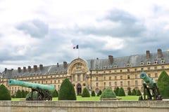 Gammala trycksprutor near Les Invalides i Paris. Arkivbilder