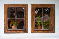 gammala två fönster royaltyfria foton