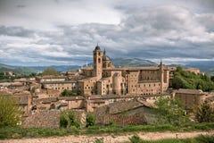 Gammala Urbino, Italien, Cityscape på den tråkiga dagen Arkivbild