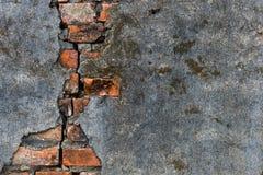 Gammala väggar är spruckna arkivbild