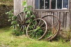 Gammala vagnshjul Arkivbild