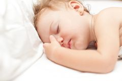 Gammala vilsamma två år behandla som ett barn flickan som sovar på säng Arkivbild