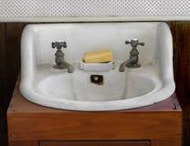 Gammala vita vask och kopplingar. Royaltyfri Bild