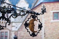 Det gammala huset undertecknar med moonen Royaltyfri Foto