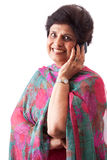 Gammalare östlig indisk Lady som talar på mobiltelefon Arkivbilder