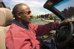 Gammalare afrikansk amerikanman som kör bilen Royaltyfri Bild