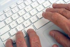 gammalare använda för bärbar datorman royaltyfri fotografi