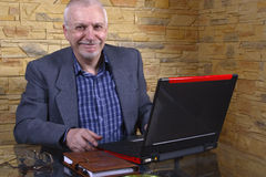 gammalare bärbar datorman för affär Royaltyfria Bilder