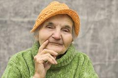 gammalare fundersam kvinna Arkivbild