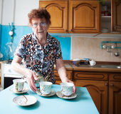 Gammalare kvinna hemma Fotografering för Bildbyråer