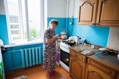 Gammalare kvinna hemma Arkivfoton