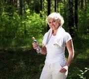 Gammalare kvinna, når att ha övat i skogen Royaltyfria Foton