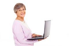 Gammalare kvinnabärbar dator Royaltyfria Bilder