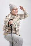 Gammalare lady med fotvandra poler Arkivfoto