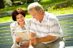 gammalare lycklig avläsning för par Arkivbild