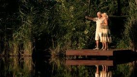 gammalare lyckligt för par utomhus stock video
