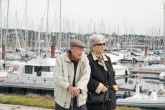 Gammalare par som går på hamnen Royaltyfri Bild