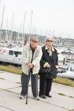 Gammalare par som går på hamnen Fotografering för Bildbyråer