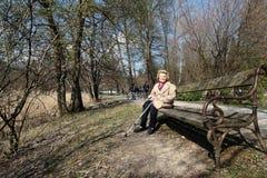 gammalare parkkvinna Arkivfoton