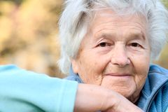 gammalare ståendekvinna Royaltyfri Foto