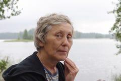 gammalare ståendekvinna Arkivbilder