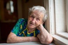 gammalare ståendekvinna mormor Arkivbilder
