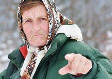 gammalare threating kvinna arkivfoton
