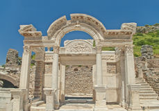 Gammalgrekiskabyggnadsfasad med kolonner Royaltyfria Foton