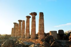 Gammalgrekiskakolonner i dalen av tempel på ön av Sicilien i strålar av solen Lopp till Italien utomhus- royaltyfria bilder