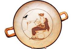 Gammalgrekiskaplatta på vit i Delphi, Grekland Royaltyfria Foton