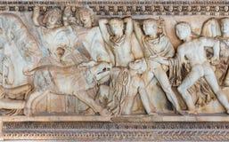 Gammalgrekiskasarkofag med en lättnad om jakten av den Calydonian galten Arkivbild