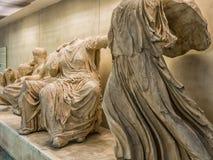 Gammalgrekiskastatyer av den offentliga fria utställningen i gångtunnel- eller tunnelbanastation av akropolen i Aten, Grekland royaltyfria foton