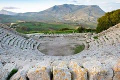 Gammalgrekiskateater, panoramasikt av härliga berg från den sista raden, Segesta, Sicilien fotografering för bildbyråer