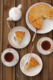 Gammalmodig äppelpaj med svart te Arkivbilder