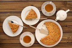 Gammalmodig äppelpaj med svart te Royaltyfria Foton