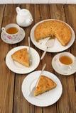Gammalmodig äppelpaj med svart te Fotografering för Bildbyråer