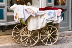 Gammalmodig barnvagn med trähjul arkivfoto