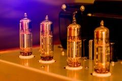 Gammalmodig förstärkare för elektronisk apparat med den glödande kuladiodlampan för solid reproduktion arkivfoto