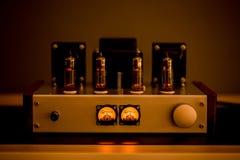 Gammalmodig förstärkare för elektronisk apparat med den glödande kuladiodlampan för solid reproduktion arkivbild