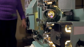 Gammalmodig filmprojektor i operation arkivfilmer