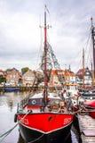 Gammalmodig fiskebåt i hamnen av Urk i Nederländerna royaltyfri bild