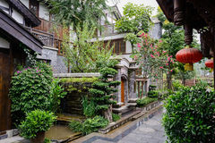 Gammalmodig kinesisk byggnad i regn Arkivbilder