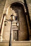 Gammalmodig lampa utanför den Al Rifai moskén i Kairo arkivfoton