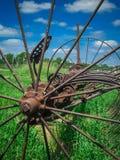 Gammalmodig lantgårdutrustning i ett fält Royaltyfri Foto
