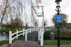 Gammalmodig liten bro i Nederländerna Arkivbilder
